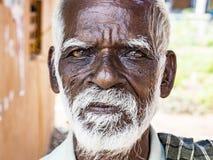 Το παλαιό ανώτερο ινδικό πορτρέτο φτωχών ανθρώπων με ένα σκοτεινό καφετί ζαρωμένο πρόσωπο και μια άσπρη τρίχα και μια άσπρη γενει στοκ φωτογραφίες