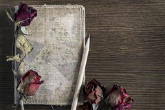 Το παλαιό βιβλίο, μολύβι, ξηρό αυξήθηκε στον κατασκευασμένο ξύλινο πίνακα Στοκ φωτογραφίες με δικαίωμα ελεύθερης χρήσης