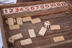 Το παλαιό επιτραπέζιο παιχνίδι με χωρίζει σε τετράγωνα και ορθογώνια ξύλινα κομμάτια εν πλω Στοκ φωτογραφία με δικαίωμα ελεύθερης χρήσης