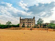 Το παλαιό ιστορικό κτήριο κολλεγίων δεν εγκατέλειψε καμία συντήρηση αλλά ακόμα όμορφος στοκ φωτογραφία