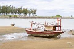 Το παλαιό κόκκινο αλιευτικών σκαφών τρέχει προσαραγμένο στοκ εικόνες