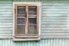 Το παλαιό παράθυρο του παλαιού ξύλινου σπιτιού Υπόβαθρο των ξύλινων τοίχων Στοκ φωτογραφία με δικαίωμα ελεύθερης χρήσης