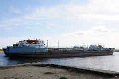 Το παλαιό σκάφος φορτηγίδων δένεται σε ένα εγκαταλειμμένο ναυπηγείο, στο λιμάνι Στοκ εικόνα με δικαίωμα ελεύθερης χρήσης