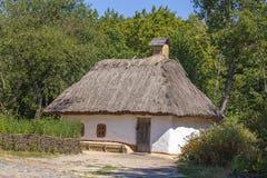 Το παλαιό σπίτι με το α η στέγη στην Ουκρανία Αρχαίο παραδοσιακό ουκρανικό σπίτι με μια στέγη αχύρου στοκ εικόνες
