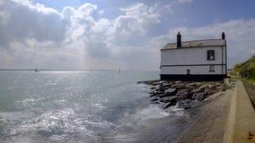 Το παλαιό σπίτι ρολογιών ακτοφυλακής Lepe στην ακτή του Solent στο νέο δασικό εθνικό πάρκο, UK στοκ φωτογραφία