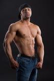 Το πανέμορφο ανεξάρτητο άτομο παρουσιάζει ισχυρό ισχυρό σώμα του στοκ φωτογραφία με δικαίωμα ελεύθερης χρήσης