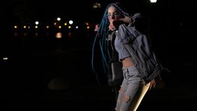 Το πανέμορφο κορίτσι χορεύει έξω απόθεμα βίντεο