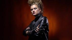 Το πανκ rocker κορίτσι με το mohawk hairstyle, διασχίζει τα όπλα της απόθεμα βίντεο