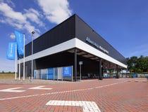 Το παντοπωλείο Αλβέρτου Heijn παίρνει το σημείο ενάντια στα δραματικά σύννεφα ενός μπλε ουρανού πνεύματος, Τίλμπεργκ, οι Κάτω Χώρ στοκ εικόνα