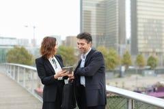 Το παντρεμένο επιχειρησιακό ζευγάρι κάνει τις αγορές από την πιστωτική κάρτα Στοκ Εικόνες