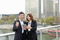 Το παντρεμένο επιχειρησιακό ζευγάρι κάνει τις αγορές από την πιστωτική κάρτα Στοκ φωτογραφίες με δικαίωμα ελεύθερης χρήσης