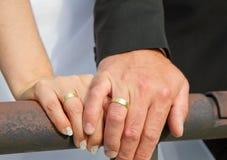 Το παντρεμένο ζευγάρι εμφανίζει γαμήλια δαχτυλίδια Στοκ Εικόνες
