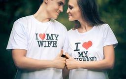 Το παντρεμένο ζευγάρι με τις λέξεις στην μπλούζα Ι αγαπά το μου στοκ εικόνα με δικαίωμα ελεύθερης χρήσης