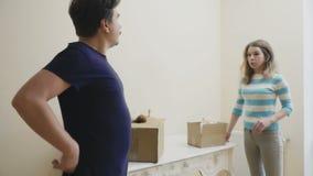 Το παντρεμένο ζευγάρι παρατηρεί ένα δωμάτιο σε ένα καινούργιο σπίτι απόθεμα βίντεο