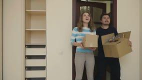 Το παντρεμένο ζευγάρι παρατηρεί το δωμάτιο σε ένα καινούργιο σπίτι απόθεμα βίντεο