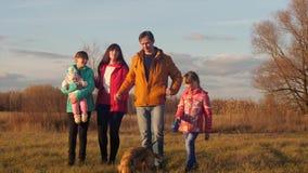 Το παντρεμένο ζευγάρι περπατά με τα παιδιά στον τομέα φθινοπώρου απόθεμα βίντεο