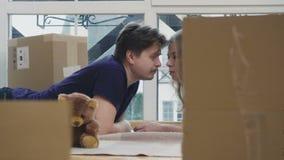 Το παντρεμένο ζευγάρι στο πάτωμα μεταξύ ανοίγει τα κιβώτια απόθεμα βίντεο