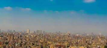 Το πανόραμα να ξεχειλίσει του Καίρου με τους ανθρώπους αυτοκινήτων και σπαταλά μια τεράστια πυκνότητα πληθυσμού στοκ φωτογραφία