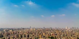 Το πανόραμα να ξεχειλίσει του Καίρου με τους ανθρώπους αυτοκινήτων και σπαταλά μια τεράστια πυκνότητα πληθυσμού στοκ εικόνα