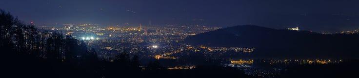 Το πανόραμα νύχτας της πόλης του Λουμπλιάνα πυροβόλησε από Tosko Celo, Σλοβενία στοκ εικόνες
