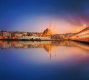 Το πανόραμα ομορφιάς της Ιστανμπούλ σε ένα δραματικό ηλιοβασίλεμα Στοκ εικόνα με δικαίωμα ελεύθερης χρήσης