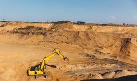 Το πανόραμα του λατομείου μεταλλείας - δείτε άνωθεν, ανοικτός - πέταξε το λατομείο άμμου μεταλλείας με τη βαριά μηχανή εργαλείων, στοκ φωτογραφία