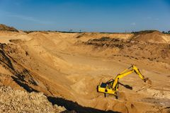 Το πανόραμα του λατομείου μεταλλείας - δείτε άνωθεν, ανοικτός - πέταξε το λατομείο άμμου μεταλλείας με τη βαριά μηχανή εργαλείων στοκ φωτογραφίες με δικαίωμα ελεύθερης χρήσης
