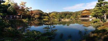 Το πανόραμα Kinkaku-kinkaku-ji, το χρυσό περίπτερο, απεικονίζει σε μια λίμνη στο Κιότο, Ιαπωνία Στοκ εικόνα με δικαίωμα ελεύθερης χρήσης
