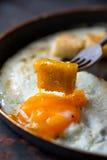 Ανακατώστε τα αυγά με το μικρό ψημένο ψωμί Στοκ Φωτογραφία