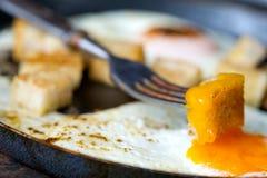Ανακατώστε τα αυγά με το μικρό ψημένο ψωμί Στοκ εικόνα με δικαίωμα ελεύθερης χρήσης