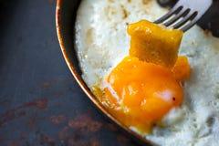 Ανακατώστε τα αυγά με το μικρό ψημένο ψωμί Στοκ φωτογραφίες με δικαίωμα ελεύθερης χρήσης