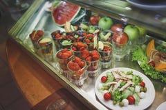 Το παράθυρο γυαλιού στον καφέ προσφέρει ποικίλα ελαφριά και φρέσκα πρόχειρα φαγητά στοκ εικόνα