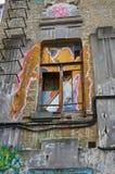 Το παράθυρο και ο τοίχος ενός εγκαταλειμμένου σπιτιού χωρίς μισθωτές painte Στοκ Εικόνες