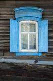 Το παράθυρο με τον ξύλινο που χαράζεται architrave στο παλαιό ξύλινο σπίτι στην παλαιά ρωσική πόλη Στοκ φωτογραφίες με δικαίωμα ελεύθερης χρήσης