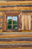 Το παράθυρο με τον ξύλινο που χαράζεται architrave στο παλαιό ξύλινο σπίτι στην παλαιά ρωσική πόλη Στοκ εικόνες με δικαίωμα ελεύθερης χρήσης