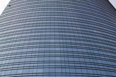 Το παράθυρο μιας πρόσοψης του ουρανοξύστη του Μιλάνου Στοκ Φωτογραφία