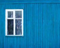 Το παράθυρο σε έναν ξύλινο τοίχο Στοκ Εικόνες