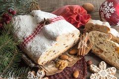 Το παραδοσιακό κέικ της Δρέσδης Χριστουγέννων με τα γλασαρισμένα φρούτα α Στοκ εικόνες με δικαίωμα ελεύθερης χρήσης
