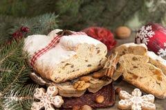 Το παραδοσιακό κέικ της Δρέσδης Χριστουγέννων με τα γλασαρισμένα φρούτα α Στοκ φωτογραφίες με δικαίωμα ελεύθερης χρήσης