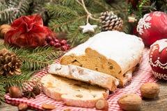 Το παραδοσιακό κέικ της Δρέσδης Χριστουγέννων με τα γλασαρισμένα φρούτα α Στοκ φωτογραφία με δικαίωμα ελεύθερης χρήσης