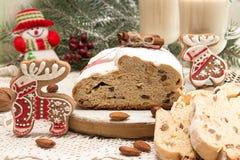 Το παραδοσιακό κέικ της Δρέσδης Χριστουγέννων με τα γλασαρισμένα φρούτα α Στοκ εικόνα με δικαίωμα ελεύθερης χρήσης