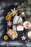 Το παραδοσιακό κέικ της Δρέσδης Χριστουγέννων με τα γλασαρισμένα φρούτα α Στοκ Εικόνες