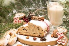 Το παραδοσιακό κέικ της Δρέσδης Χριστουγέννων με τα γλασαρισμένα φρούτα α Στοκ Εικόνα