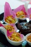 Το παραδοσιακό ορεκτικό ` Meung Kum kleeb Bua ` Ταϊλάνδη κάνει από το ψημένο μίγμα καρύδων με πολύ ταϊλανδικό τύλιγμα χορταριών μ στοκ εικόνες με δικαίωμα ελεύθερης χρήσης