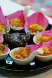 Το παραδοσιακό ορεκτικό ` Meung Kum kleeb Bua ` Ταϊλάνδη κάνει από το ψημένο μίγμα καρύδων με πολύ ταϊλανδικό τύλιγμα χορταριών μ στοκ φωτογραφία με δικαίωμα ελεύθερης χρήσης