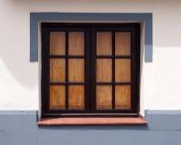 Το παραδοσιακό παλαιό ξύλινο παράθυρο με τα πλακάκια γυαλιού έκλεισε το εσωτερικό s στοκ εικόνες