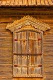 Το παραδοσιακό ρωσικό ξύλινο παράθυρο με κλειστός καταστρέφεται στους θερμούς τόνους στοκ φωτογραφία με δικαίωμα ελεύθερης χρήσης