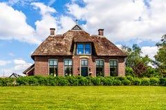 Το παραδοσιακό σπίτι με αγροτικό η στέγη Στοκ εικόνες με δικαίωμα ελεύθερης χρήσης