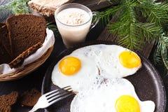 Το παραδοσιακό υγιές εύκολο γρήγορο γεύμα προγευμάτων φιαγμένο από δύο τηγανισμένα αυγά εξυπηρέτησε σε ένα τηγανίζοντας τηγάνι Στοκ εικόνες με δικαίωμα ελεύθερης χρήσης