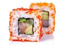 Το παραδοσιακό φρέσκο ιαπωνικό σούσι κυλά σε ένα άσπρο υπόβαθρο, κινηματογράφηση σε πρώτο πλάνο, εκλεκτική εστίαση Στοκ Εικόνες